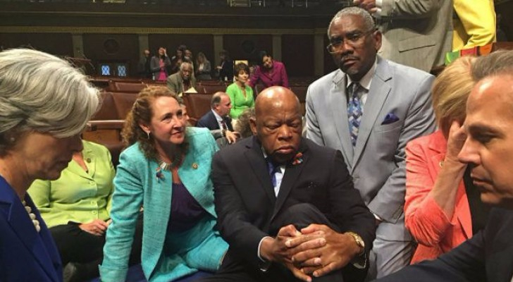 اعتصام داخل الكونغرس الأمريكي للمطالبة بتشديد قوانين حيازة السلاح