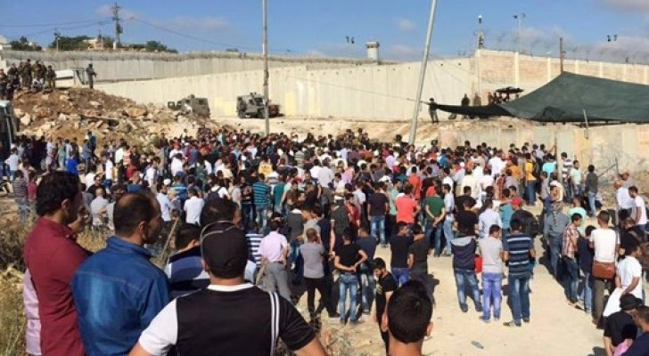 استشهاد فلسطيني وإصابة 40 اخرين على حاجز قلنديا بالقرب من المسجد الاقصى