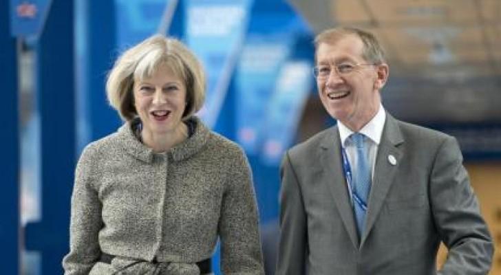 زوج رئيسة وزراء بريطانيا.. نجل بائع أحذية هادئ وودود ويسير وراءها بـ3 خطوات