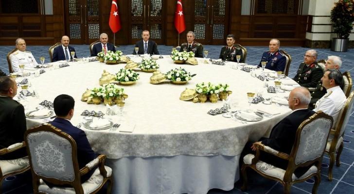 تركيا تبقي رئيس الأركان وقادة بالجيش