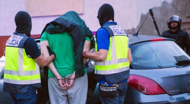 الشرطة الإسبانية خلالها اعتقالها أحد أفراد المجموعة في مليلة - 28 سبتمبر 2016