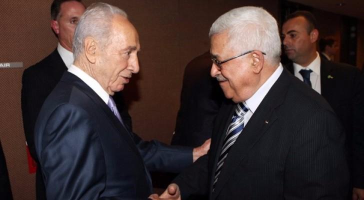 الرئيس الفلسطيني  والرئيس الاسرائيلي السابق شيمون بيريس يتصافحان - أرشيفية