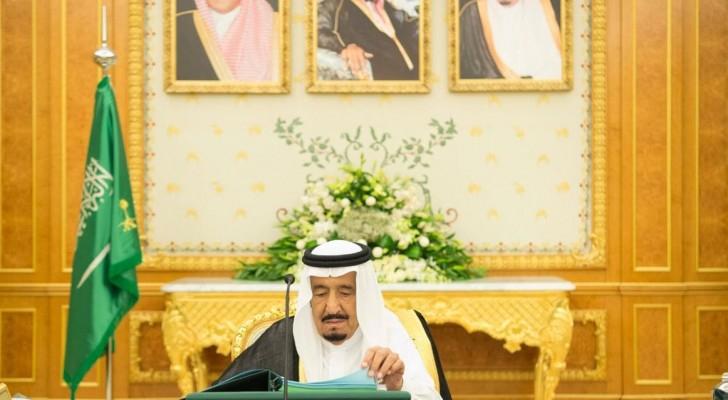 العاهل السعودي الملك سلمان بن عبدالعزيز أثناء ترؤسه لمجلس الوزراء