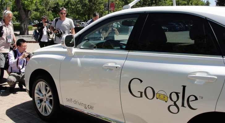 سيارة غوغل ذاتية القيادة في كاليفورنيا - أرشيف