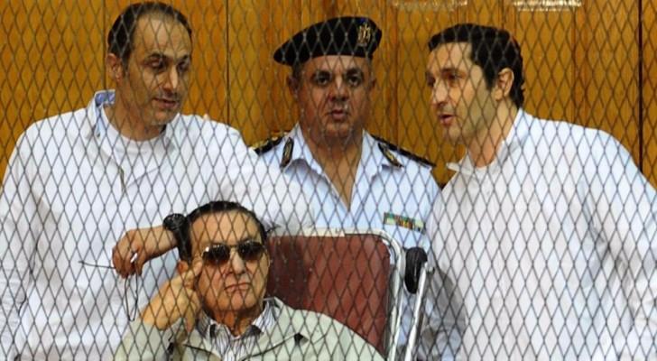 مبارك ونجلاه أثناء محاكمتهم