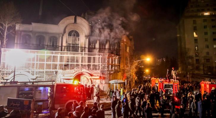 خلال اقتحام المتظاهرين الايرانيين للسفارة السعودية في طهران - أرشيفية