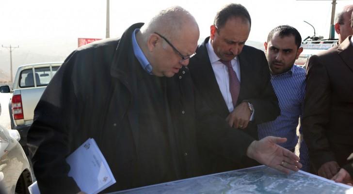 وزير الأشغال العامة والإسكان اثناء تفقد مشاريع البنية التحتية في دير ابي سعيد