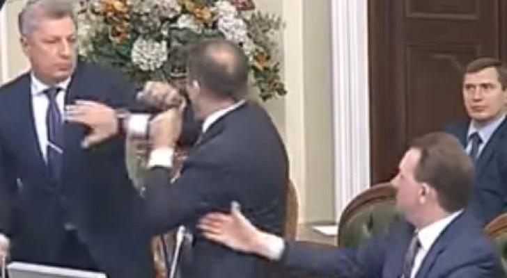 ملاكمة في البرلمان الأوكراني