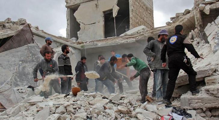 الدفاع المدني يبحث عن ناجين في حطام مباني مدمرة جراء الغارات على إدلب