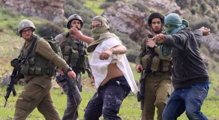 مستوطنون برفقة قوات الاحتلال يرشقون فلسطينيين بالحجارة - أرشيفية