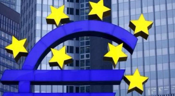 مجسم لشعار اليورو خارج مقر البنك المركزي الأوروبي في فرانكفورت