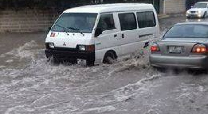 الأمطار أدت إلى ارتفاع منسوب المياه في بعض الشوارع
