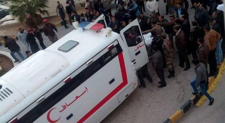 جانب من نقل المصابين إلى مستشفى الكرك