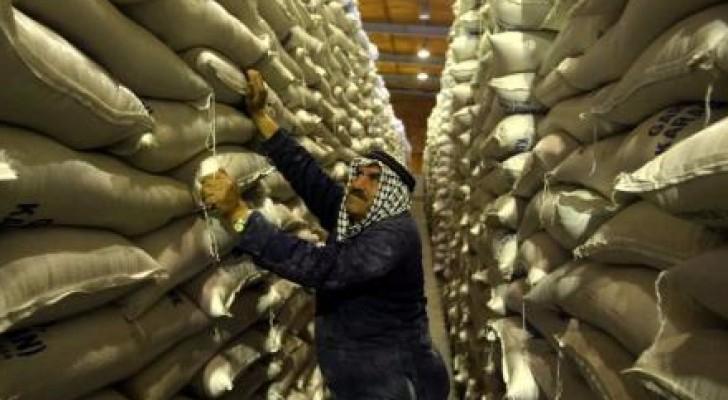 عامل في مستودع لتخزين القمح في الأردن