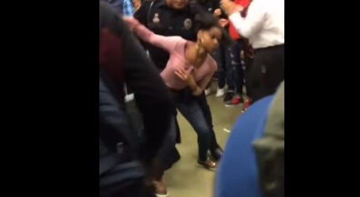 رجل شرطة ويهو يحمل مراهقة من أصول إفريقية ثم يلقيها على الأرض بعنف