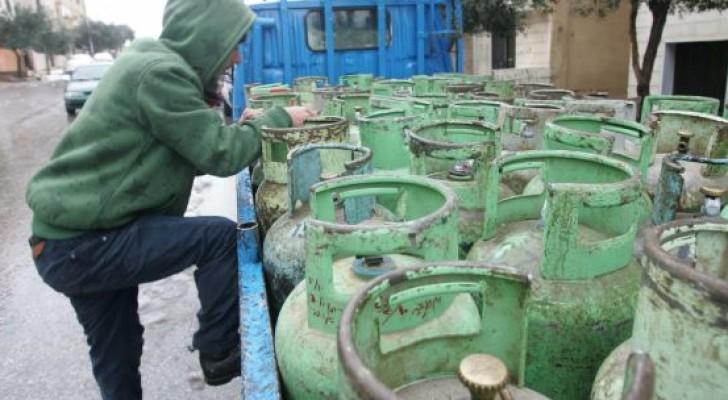 عامل يوزع الغاز - ارشيف