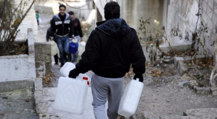 صورة تجسد معاناة سكان دمشق من قطع المياه