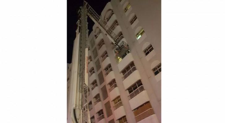 """تم إنزال الشخص بواسطة سنوكر """"سلم الإنقاذ"""" من شرفة الشقة"""