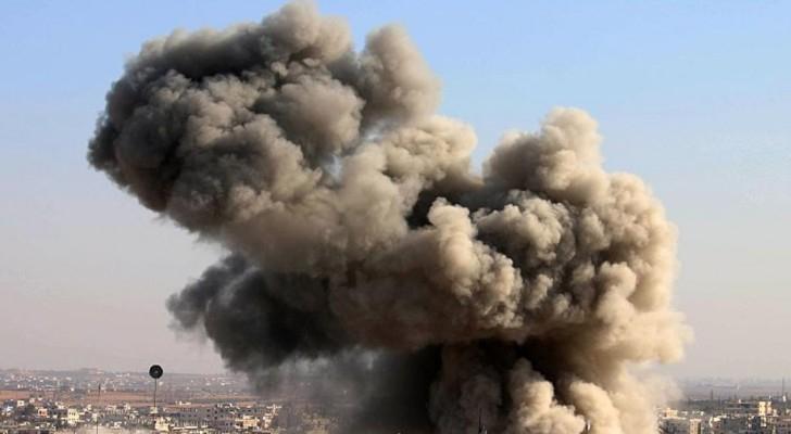 الدخان يتصاعد من جراء القصف على درعا.