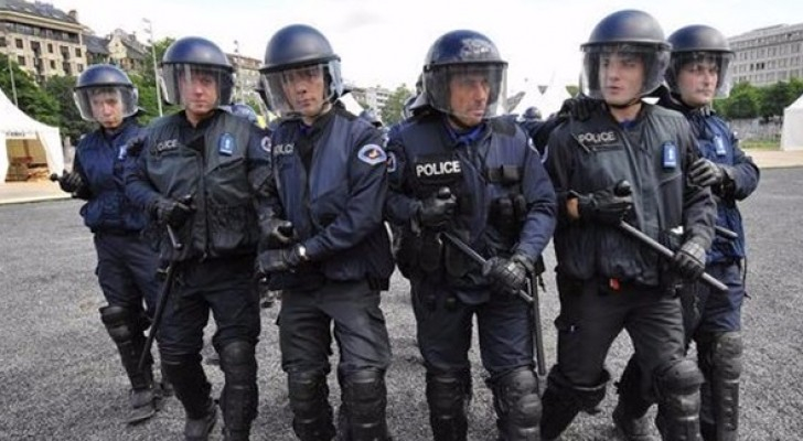 عناصر من الشرطة السويسرية