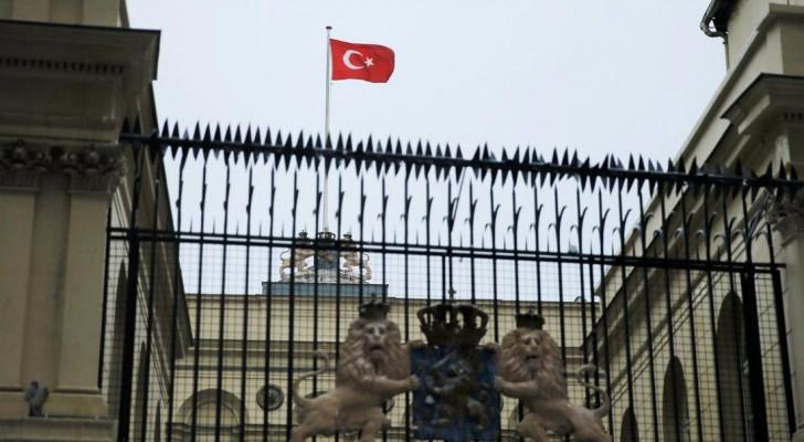 علم تركيا فوق القنصلية الهولندية في إسطنبول