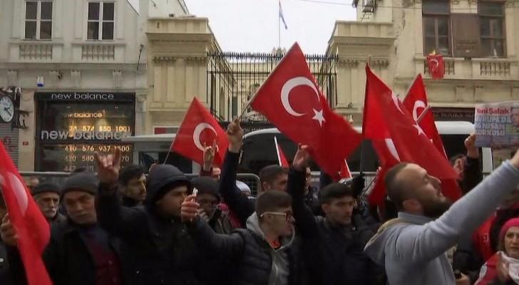اعادة رفع علم هولندا على مبنى القنصلية بإسطنبول