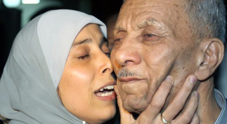 أحلام التميمي تحتضن والدها بعد سنوات الأسر في سجون الاحتلال