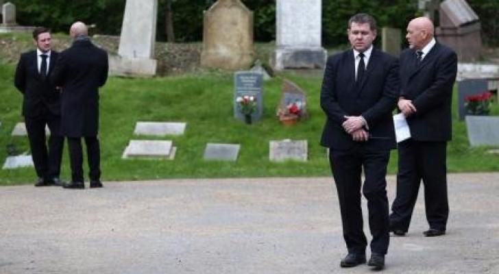 أفراد حراسة خاصة يقفون خارج مقبرة هايجيت في شمال لندن
