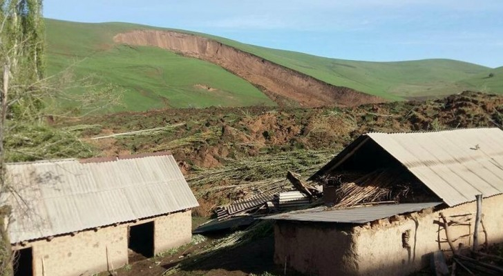 الاتربة طمرت المنازل - الصور من وسائل اعلام محلية