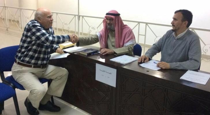 مواطن أردني يسلتم تصريح الحج الخاص به