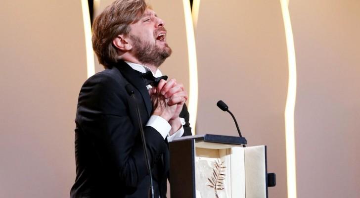 المخرج السويدي روبين أوستلاند عقب استلامه السعفة الذهبية
