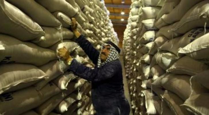 عامل في مستودع للقمح بالأردن - صورة من أرشيف رويترز