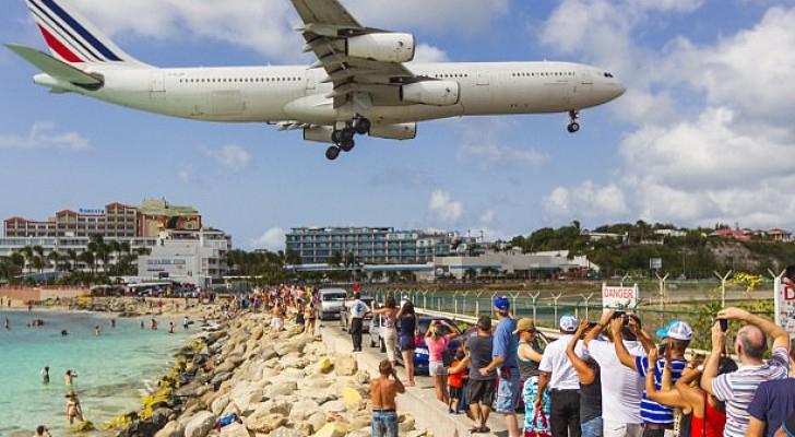 السياح يتجمعون على الشاطئ لمشاهدة اقلاع الطائرات