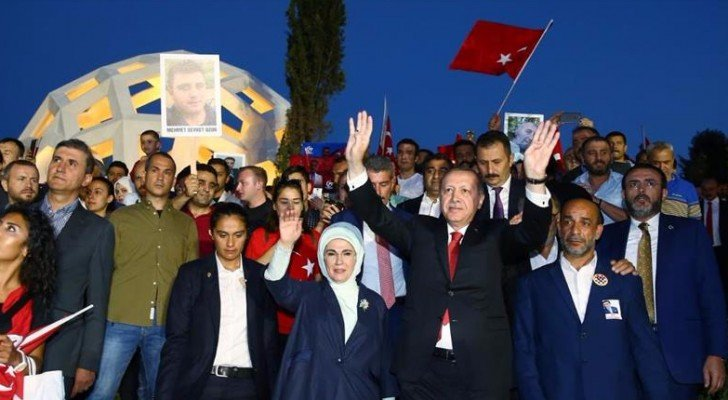 اثناء افتتاح أردوغان نصبا تذكارياً لشهداء المحاولة الانقلابية