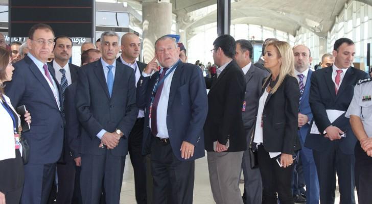 وزير النقل يقوم بجولة في مطار الملكة علياء