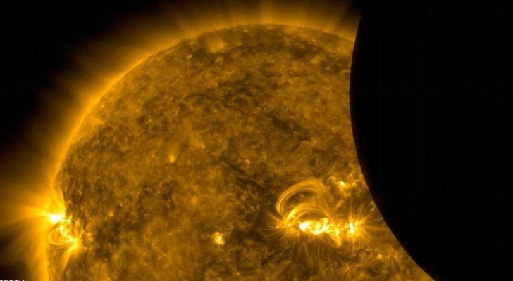 صورة للقمر عند عبوره أمام الشمس التقطها قمر صناعي