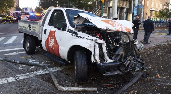 الشاحنة التي نفذ بها الإرهابي الهجوم