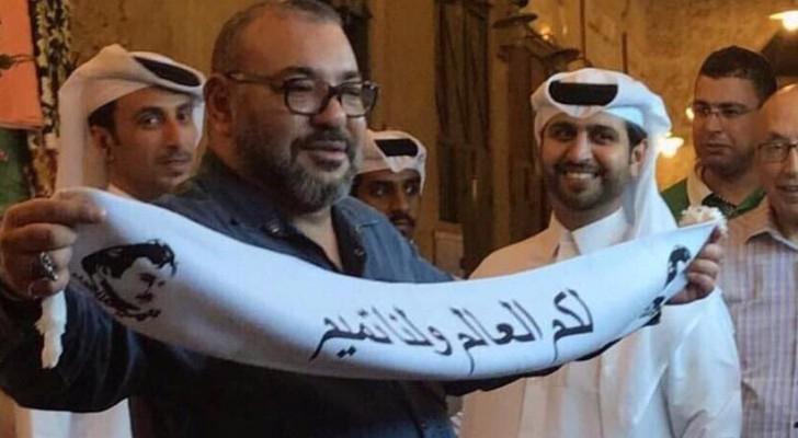"""العاهل المغربي يحمل شعار """"لكم العالم ولنا تميم"""""""