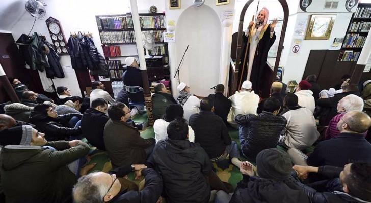مسلمون يحضرون خطبة في مسجد بفرنسا