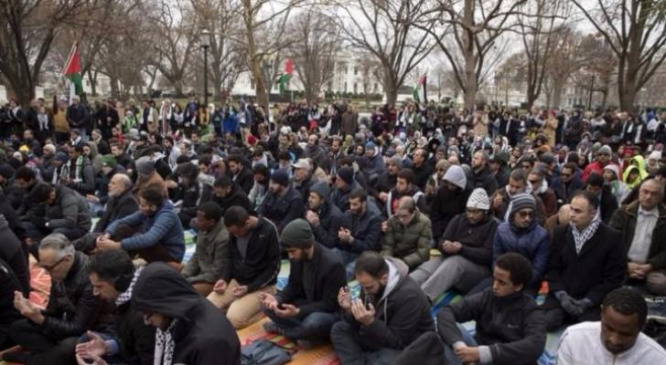 مسلمون يصلون الجمعة أمام البيت الأبيض