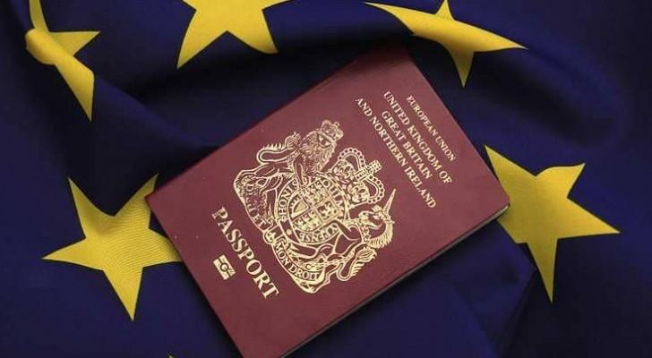 جواز السفر سينتقل من لونه الخمري في الوقت الحالي إلى لون أزرق كحلي