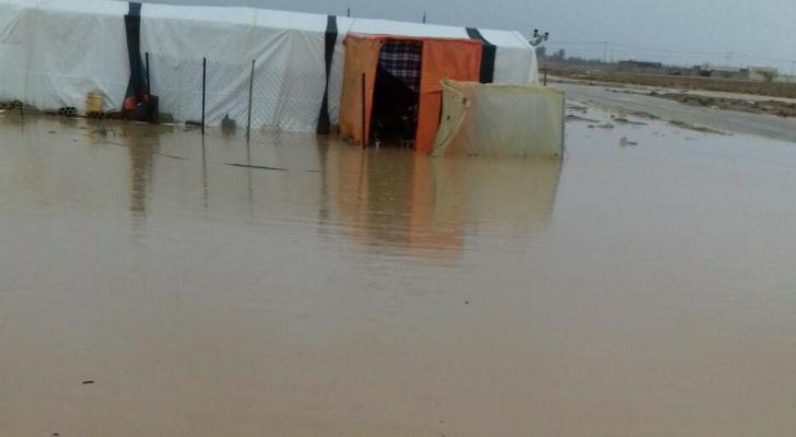 مياه الامطار تداهم خيم اللاجئين في البادية الشمالية