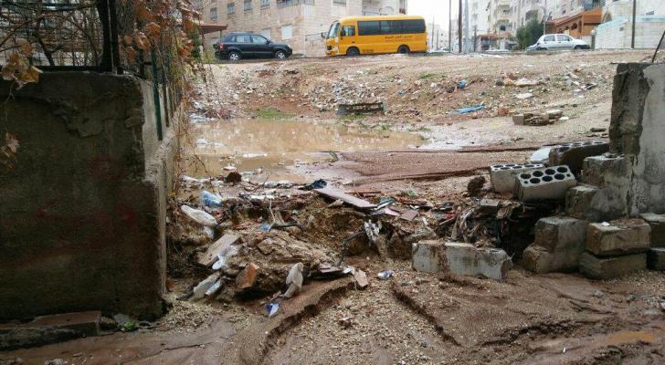 مياه الأمطار تداهم منزلا في طبربور اثر انهيار جسر استنادي