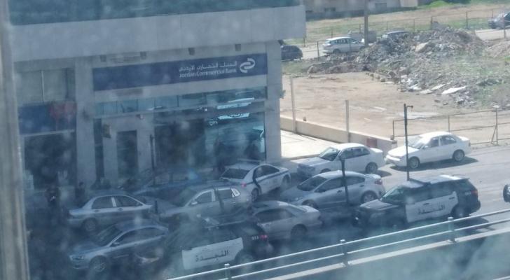 الأمن يفض مشاجرة بين شخصين أمام أحد البنوك في عمان