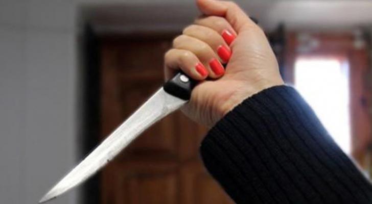 سيدة تحمل سكين - ارشيفية