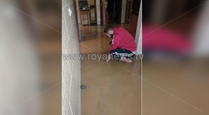 صورة تبين المياه التي داهمت احد المنازل في ماركا