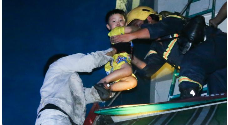 اخلاء مصابين من المبنى (وسائل اعلام فيتنامية)