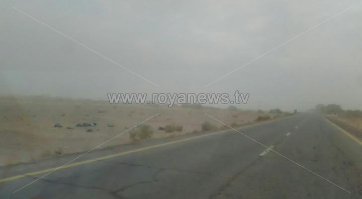الغبار الكثيف يحجب الرؤية على الطريق الصحراوي