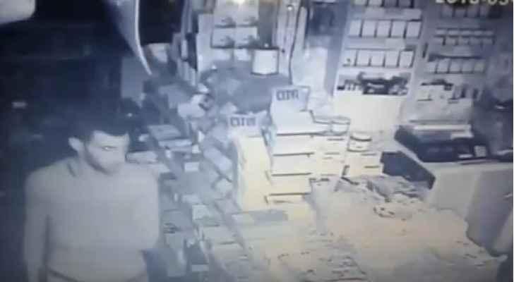 الصورة من مقطع الفيديو المتداول الذي يظهر السارق أثناء تنفيذ عملية السرقة