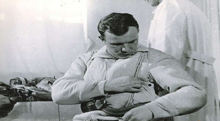 يوري غاغارين قبيل إنطلاقه إلى الفضاء عام 1961
